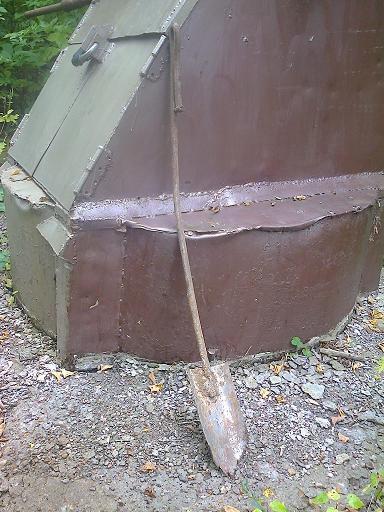 Лопатка для подкопа земли вдоль стенок колодца